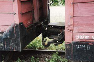 Zdekompletowany tabor kolejki gnieźnieńskiej - widok na brakujący zderzak wagonu Kddxh.