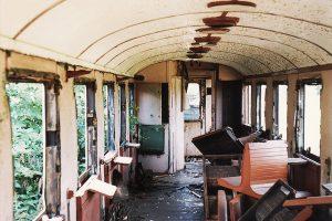 Wnętrze zdekompletowanego wagonu osobowego typu 3Aw.