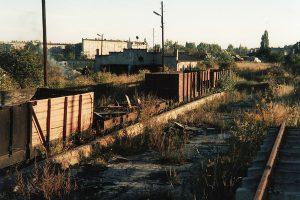 Niewielka część zgromadzonych na stacji Gniezno Wąskotorowe nieeksploatowanych już wagonów towarowych.
