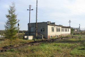 Budynek stacji Nałęczów Wąskotorowy i nieczynne transportery Tddyyhp.