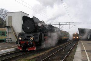 Poznań Główny. Pociąg do Wolsztyna prowadzony Ol49-69.