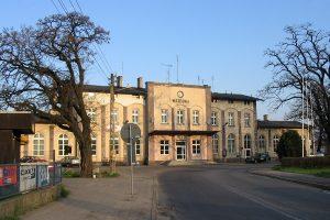 Budynek dworca we Wrześni od strony miasta i dawnego przystanku kolei wąskotorowej.