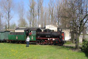 Px48-1785 na tle dworca w Witkowie.