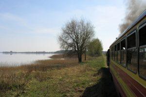 Px48-1785 na tle Jeziora Powidzkiego.