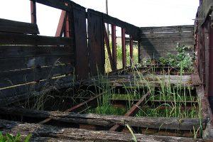 Zdekompletowana węglarka Wddx na stacji Gniezno Wąskotorowe.
