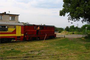 Obowiązkowy kadr na lokomotywę na tle jeziora.