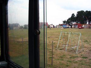 Widok z lokomotywy na wojskowy ośrodek wypoczynkowy.