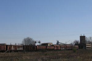 Widok z peronu przystanku Konin Zachód na cmentarzysko kolejowe.
