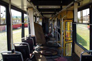 Wnętrze rozbitego wagonu #1007, widoczne zniszczenia geometrii pudła.