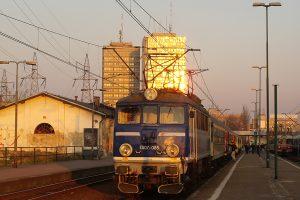 Łódź Fabryczna - EU07-085 w porannym słońcu.