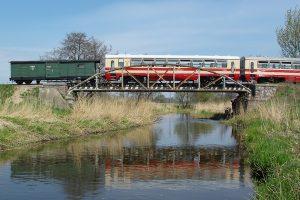 Wagon rumuński Bxhpi 00-450024 138-7  na moście nad rzeką Rawką.