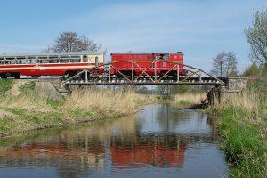 Lokomotywa Lxd2-265  na moście nad rzeką Rawką.