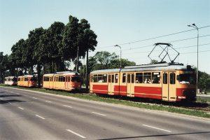 Kolumna tramwajów podczas fotostopu na ulicy Pabianickiej.