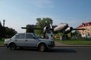 Samolot bombowy Ilyushin Il-28 #10 stojący w centrum Witkowa.