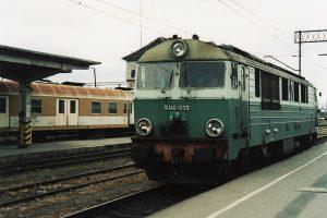 SU46-033 na tle wagonu typu 609A Ds.