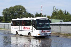 Auchanowski SOR pokonuje rozlewisko na Kusocińskiego.