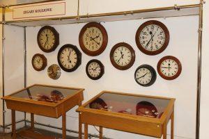 Zegary kolejowe. Stojące.