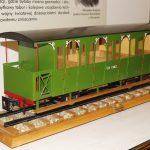 Model wąskotorowego wagonu osobowego.
