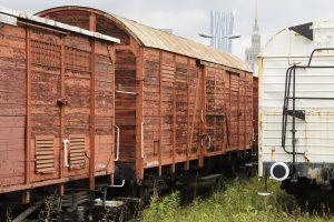 Kolejny wagon kryty.