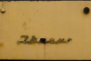 Przeznaczony do kasacji Ikarus 280 #2096 - ślad bo logo fabrycznym.
