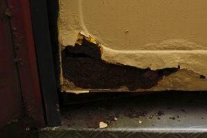 Przeznaczony do kasacji Jelcz M11 #2904 - zkorodowane drzwi.