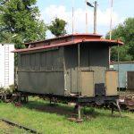 Remontowany dwuosiowy wagon osobowy.