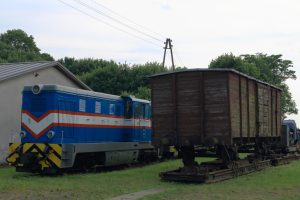 Lxd2-309 obok wagonu krytego na transporterze.